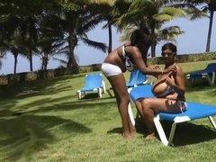 Пышногрудые лесбиянки бесстыдно отдыхают на пляже