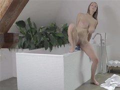 Мастурбация женщины в ванной с вибратором