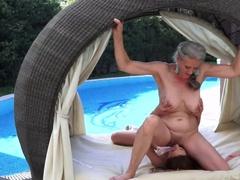 Отчаянная девушка лижет старухе бритое влагалище