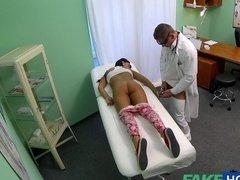 Озабоченный врач ебет пациентку во время осмотра