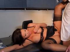Начальник трахает секретаршу на ее рабочем месте