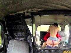 Секс в такси онлайн с развратной пассажиркой