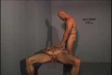 Полицейский трахает бандита и знакомит со своей спермой