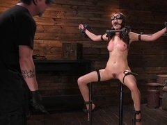 Хозяин мучает сексуальную рабыню и заставляет слушаться