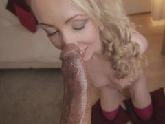 В восторге от мощного пениса блонда дает негру во все дыры