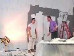 Хозяин дома жарится в анал с парнем, делающим ремонт