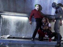 Джокер с Бэтменом трахают одну и ту же девушку сообща