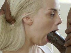Блондинка смело ласкает пенис негра ртом и прыгает сверху на нем