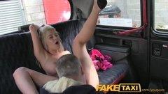 Таксист лижет пизду загорелой блондинке и жестко ее трахает