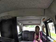 Красивая негритянка отсосала у таксиста и подставила писечку под член
