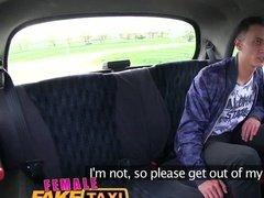 Татуированная таксистка с огромными сиськами отсосала на заднем сиденье и круто потрахалась с пассажиром