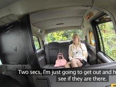 Водитель трахает в такси молодую блондинку и дает ей в отсосать