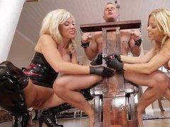 Две госпожи унижают фаллос своего сексуального раба