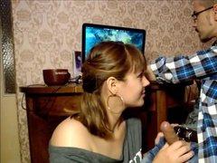 Жена пытается сосать муж во время его игры на компьютере