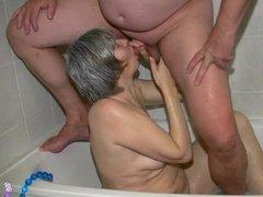 Пацан возбудился и поимел старуху в ванной и на кровати