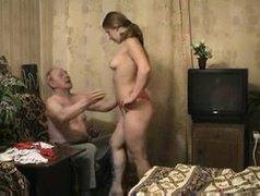 Пришла в комнату к старику в одном белье и соблазнила на секс