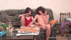 Баба предложила потрахаться принесшему пиццу пацану