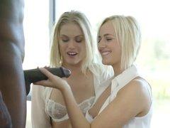 Две блондинки на пару пробуют черный фаллос негра