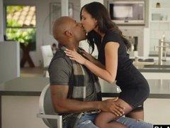 Роскошная шлюшка изменила мужу с чернокожим любовником