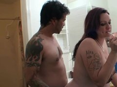 Помог беременной жене вымыться и заодно оттрахал ее