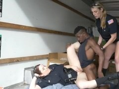 Ниггер оттрахал двух полицейских сучек в фургончике