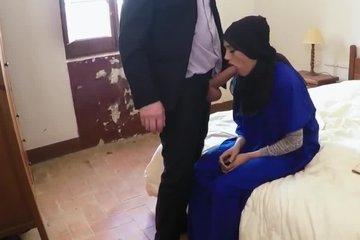 Мужик заставляет арабку изменять мужу и глотать его толстый фаллос