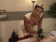 Озабоченная медсестра поиграла с хуйцом молодого парня
