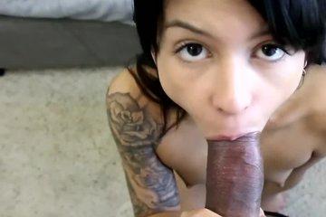 Горячая брюнетка отсосала у продюсера на порнокастинге