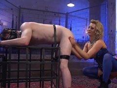 Белокурая госпожа в чулках издевается над рабом
