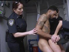 Темнокожий парень ебет трех озабоченных бабенок-полицейских