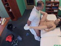 Доктор ебет смазливую пациентку на столе