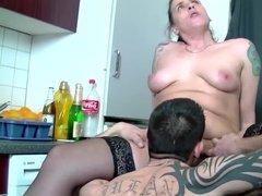 Татуированный парень лижет пизду толстой бабе на кухонном столе