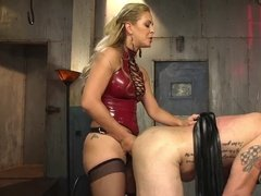 Сексуальная госпожа у чулках трахает раба страпоном