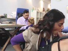 Смуглая брюнетка делает коллеге минет прямо в офисе