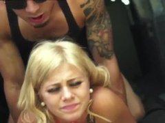 Татуированный парень жёстко ебет роскошную блондинку прямо в авто