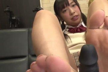 Азиатка тренируется надрачивать член ногами