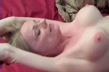 Муж трахает развратную зрелую женушку и записывает это видео
