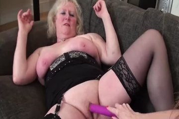 Зрелая лесбуха соблазнила молодую сучку и занялась с ней лесбийским сексом