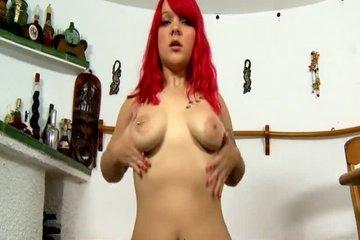 Рыжая девушка танцует и ласкает киску перед камерой