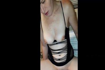 Зрелая бабенка мастурбирует в туалете