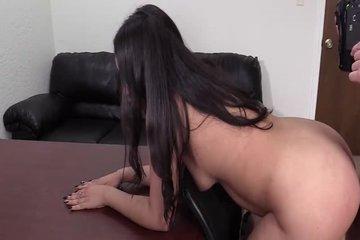 Продюсер ебет азиатку в жопу на секс-кастинге