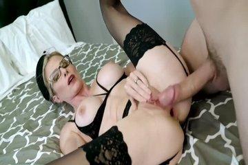 Лысый чувак ебет сексуальную блондинку в латексе