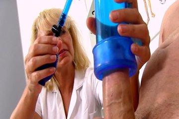Зрелая медсестра подрочила парню член в военкомате