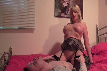 Зрелая мамаша скачет на хую у сына