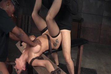 Мужчины трахают связанную сучку в два ствола