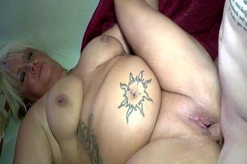 Чувак отымел татуиированную зрелую пышечку